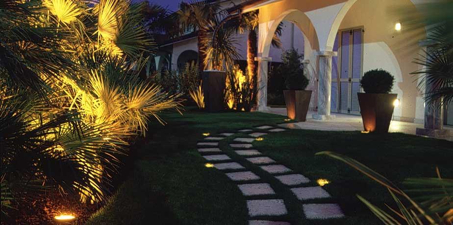 installare faretti LED vialetto casa